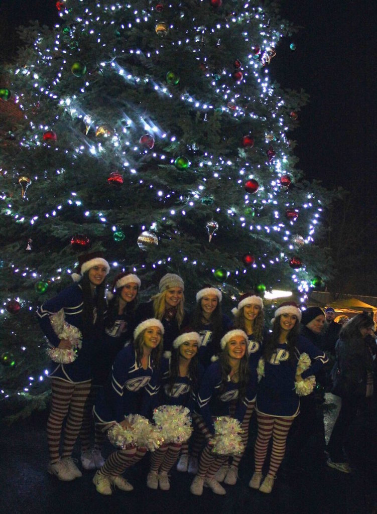 Grants Pass Cheerleaders at Holiday Plaza
